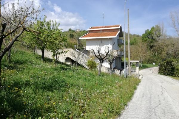 Casa singola con giardino e terreni